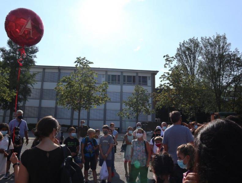 Einschulung-2020_Klasse-mit-Ballon